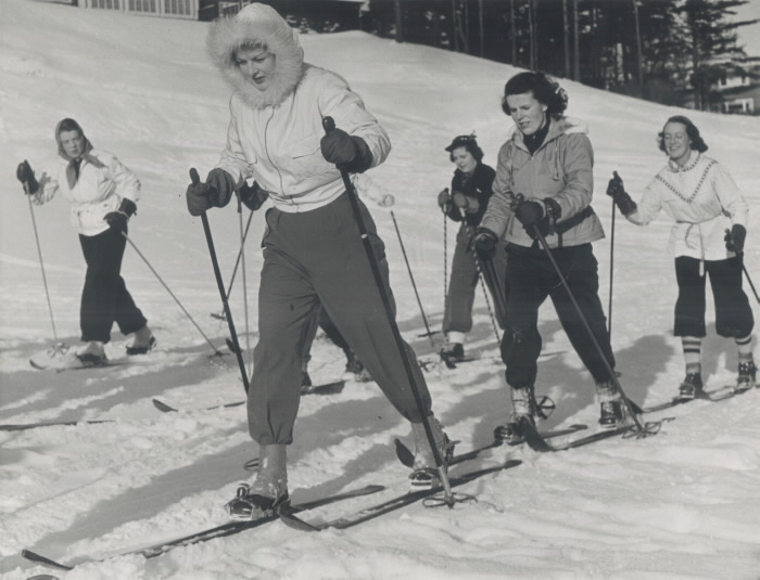 Women on skis