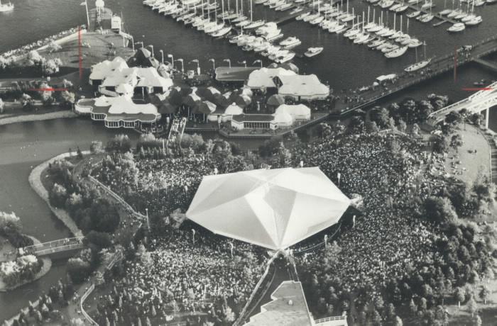 Vue aérienne d'une grande foule dans un espace extérieur près des tentes