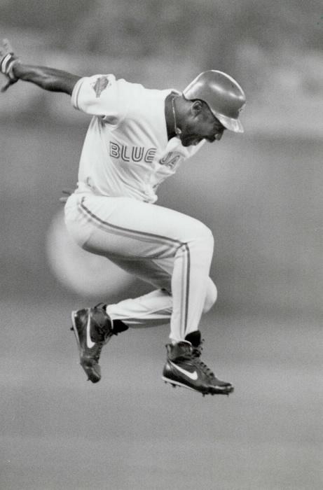 Le joueur de baseball Joe Carter sautant de joie