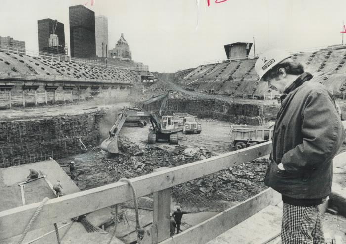 Un ouvrier du bâtiment regardant vers le bas dans la zone excavée