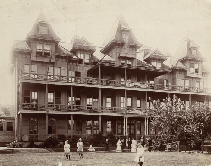 Grand immeuble de logements avec des filles jouant à un sport de raquette