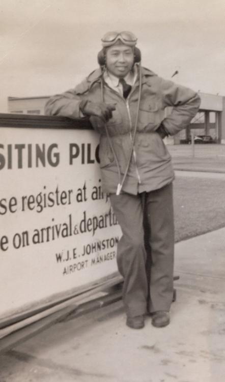 Homme en tenue de pilote debout sur la piste