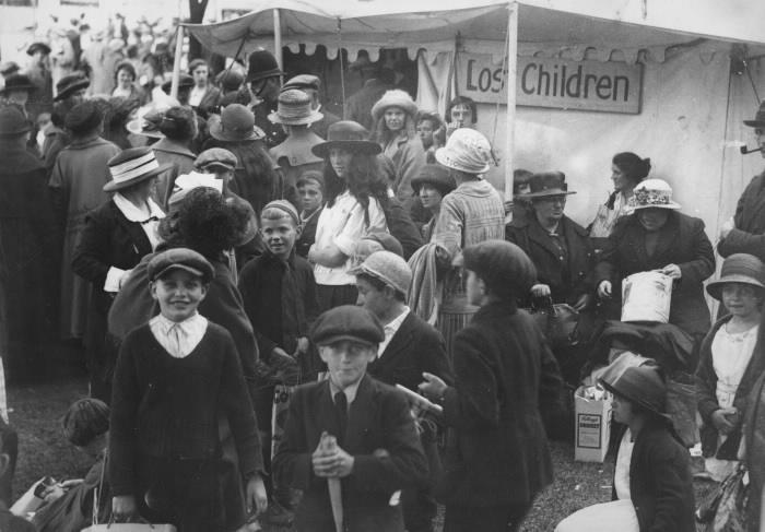 """Enfants devant la tente avec panneau """"Enfants perdus"""""""