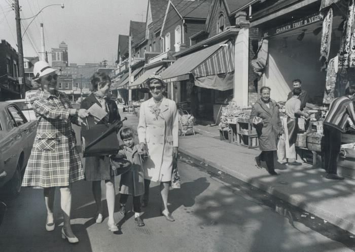 Femmes marchant avec un enfant au marché