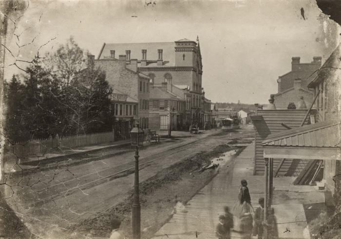Photo craquelée d'un chemin de terre en ville