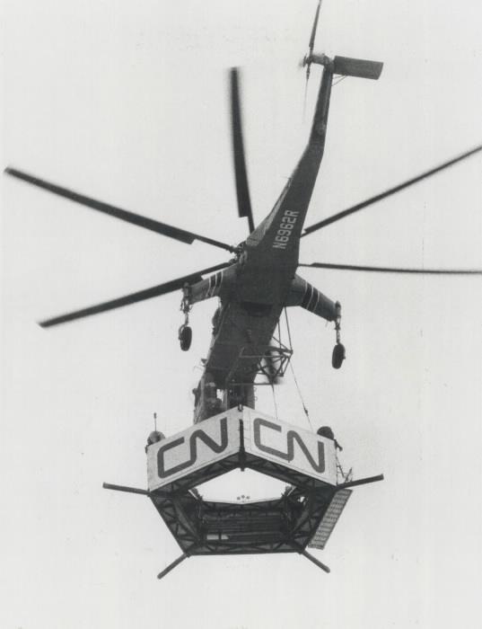 Hélicoptère transportant un morceau de Tour avec les lettres C et N