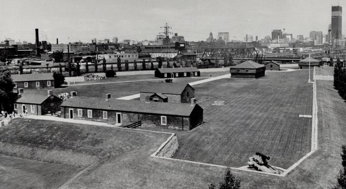 Vue aérienne d'un complexe historique avec des bâtiments