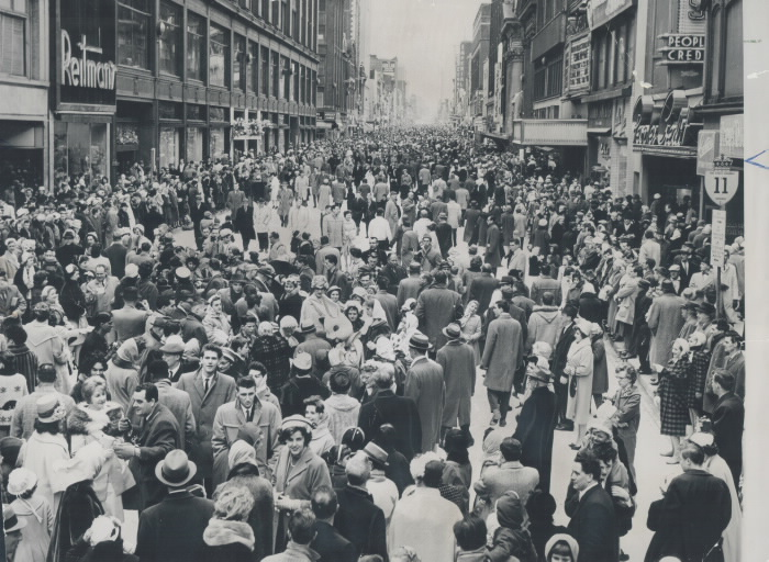 Rue remplie de gens dans une ville