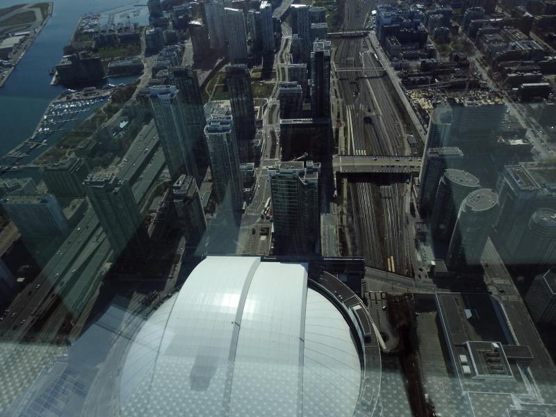 Vue aérienne du stade blanc couvert et du paysage urbain qui l'entoure
