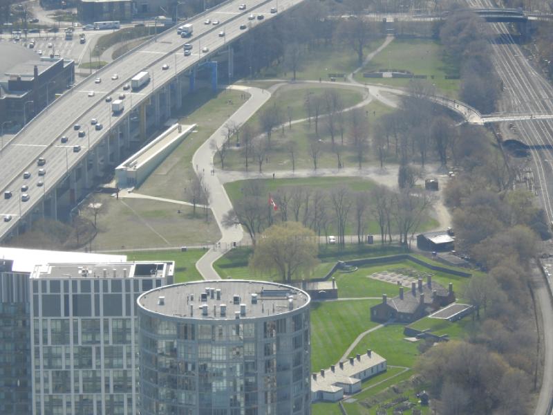 Vue aérienne de la garnison au milieu de la ville